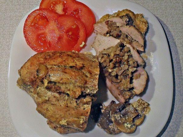 Куриное филе, фаршированное гречкой с грибами в сливочно-грибном соусе | Побалуйте себя родных и любимых людей вкусным ужином — куриным филе, фаршированным гречкой с грибами, в сливочно-грибном соусе. В этом замечательном рецепте сочетаются мясо, гарнир и вкуснейший сливочный соус. Ваши старания и кулинарные таланты наверняка будут по достоинству оценены всеми членами семьи.