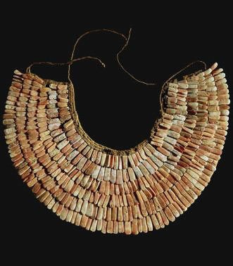 Pectoral de algodón y placas de mullo (ostra roja), molusco que representa el mar y la fertilidad  Origen: Perú  Cultura: Nasca  Pertenece a la zona cultural: Zona andina