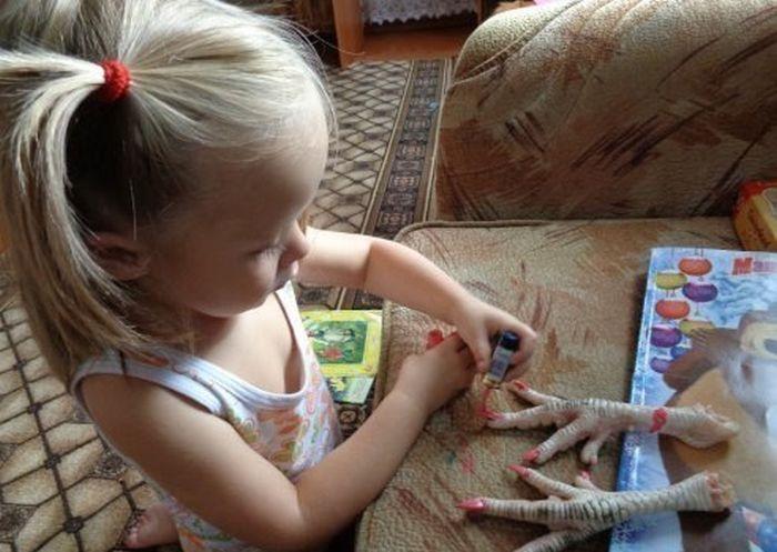 La petite fille de Gégé veut devenir esthéticienne D'abord la manucure ...