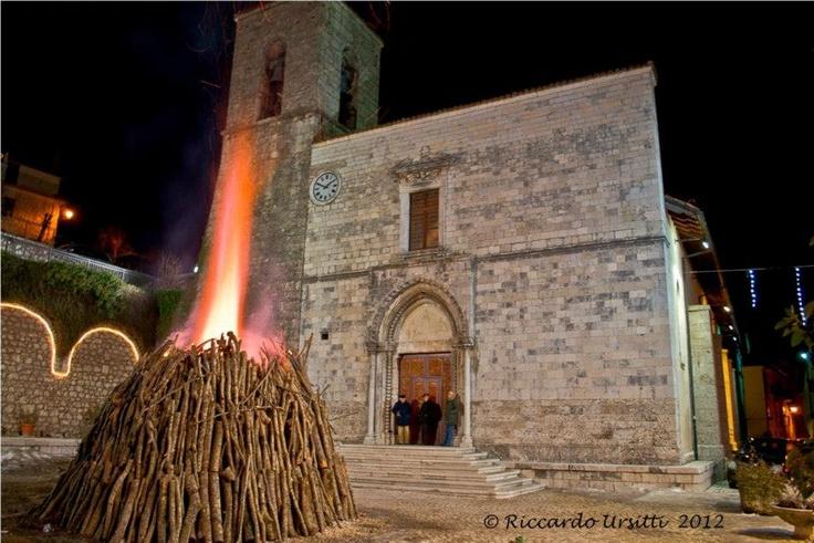 """Pescasseroli. La """"Tomba"""",il grande falò che viene acceso in occasione del Santo Natale nel piazzale dell'Abbazia dei Santi Pietro e Paolo."""