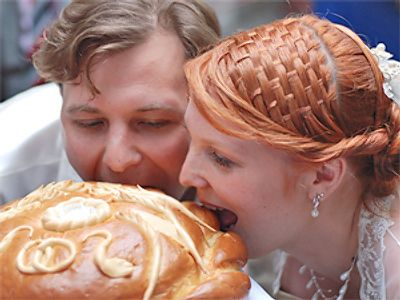 Bread biting | Russian Wedding Traditions