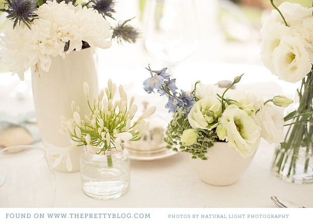 White, green & soft lavender table flowers | Photo: Natural Light Photography, Flowers: BloemenNice