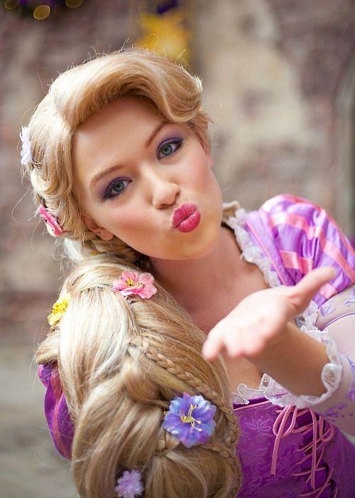 Rapunzel blowing kisses  <3 <3 <3 <3 <3