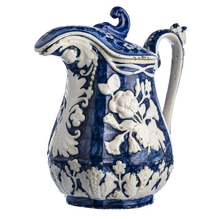 Grande jarro com tampa em faiança  Decoração a azul e branco, com flores em relevo, fabrico atribuível a Fábrica de Santo António de Vale Piedade, séc.XIX