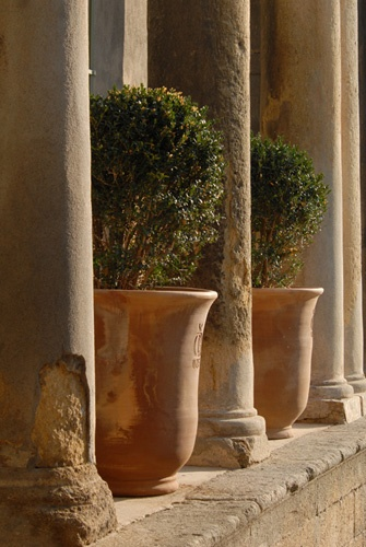 Hotel du Baron de Castille, avec des pots d'Uzès Place de l'Evéché