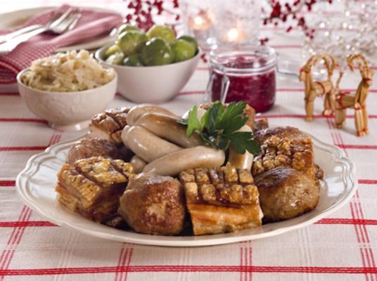 19. Türchen: Heute wollen wir Euch ein typisch norwegisches Weihnachtsessen vorstellen: Verschiedene Würste, fette Schweinerippe, stundenlang gekochtes Hammelfleisch, Kartoffelklöße mit Speck drin, Bayerischkraut, Erbsenmus und gesottener Stockfisch. Puh! Ganz schön üppig. Und was kommt bei Euch auf den Tisch? / Luke 19: I dag presenterer vi norsk julemat: Forskjellige pølser, ribbe, pinnekjøtt, komle, surkål, ertestuing, lutefisk. Uff! Det var mye! Og hva spiser dere?