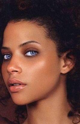 Denise Vasi, mannequin métisse Grecquo-porto-ricaine et Dominicaine. Brune aux yeux bleu-vert.