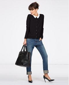 Cardigan noir col claudine blanc + jeans clair + escarpins bleu marine