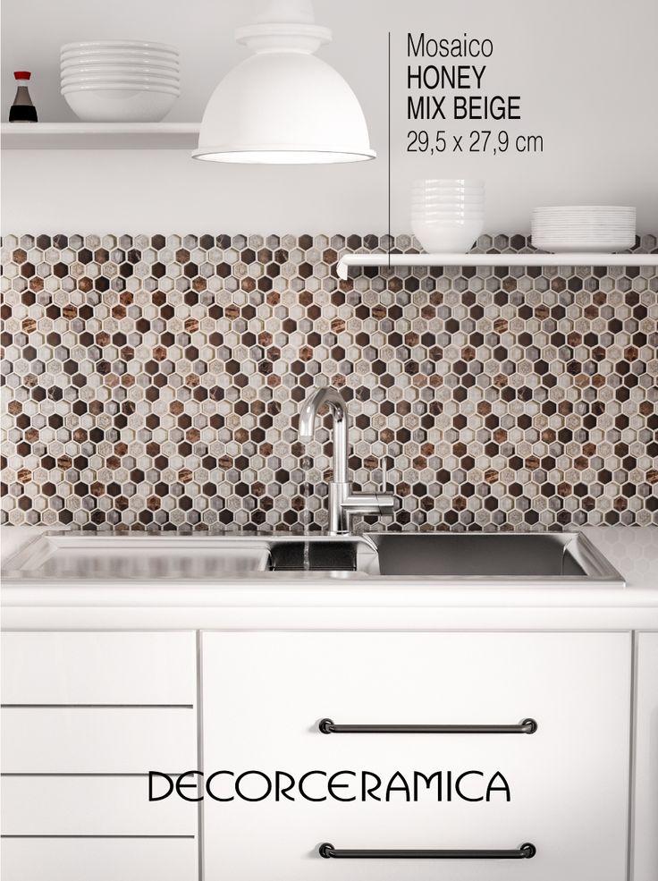 Los mosaicos con formas hexagonales son tendencia mundial y una excelente opción para decorar y proteger las paredes de la cocina. Esta propuesta combina el vidrio y la piedra natural. Encuéntralo aquí.   #Decorceramica #SiempreAlgoNuevo #Inspiradoenti