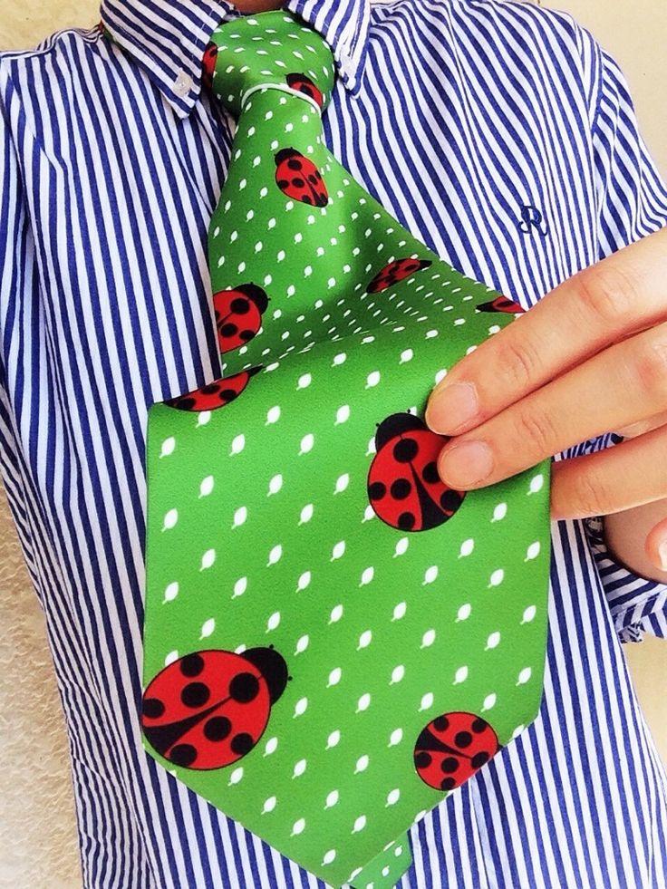 可愛いナナホシテントウのネクタイです(*^^)v 爽やかな緑♪春の楽しい気分の演出にいかがですか??
