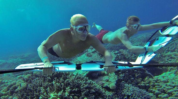 Alright kita kembali lagi dengan sebuah olahraga air yang ekstrem. Diving? Bukan. Surfing? Bukan. Freediving? Bukan juga, bro. Ini adalah olahraga ekstrem yang terbilang masih sangat baru. Jika lo melakukan olahraga ekstrem ini, lo akan merasakan sensasi terbang di bawah air. Bahkan lo bisa melakukan manuver layaknya ikan-ikan di bawah air. Tak hanya itu, lo …