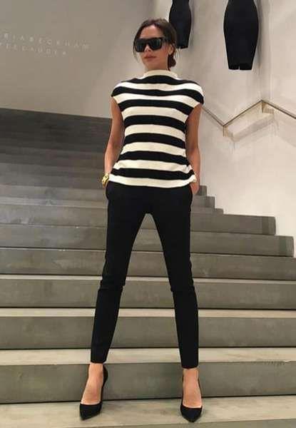 Zu einem Store-Event in ihrem eigenen Laden trägt Victoria Beckham eine schwarze Zigarettenhose zum gestreiften Shirt mit kleinem Stehkragen.