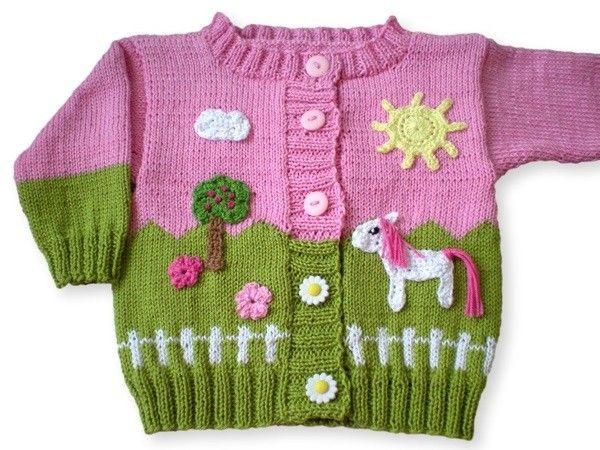 Strick jetzt für Dein Baby, Dein Enkelkind oder auch für das Baby Deiner Freundin eine schöne Babyjacke mit einer Pferdekoppel ++ Pferden drauf. Leg los.