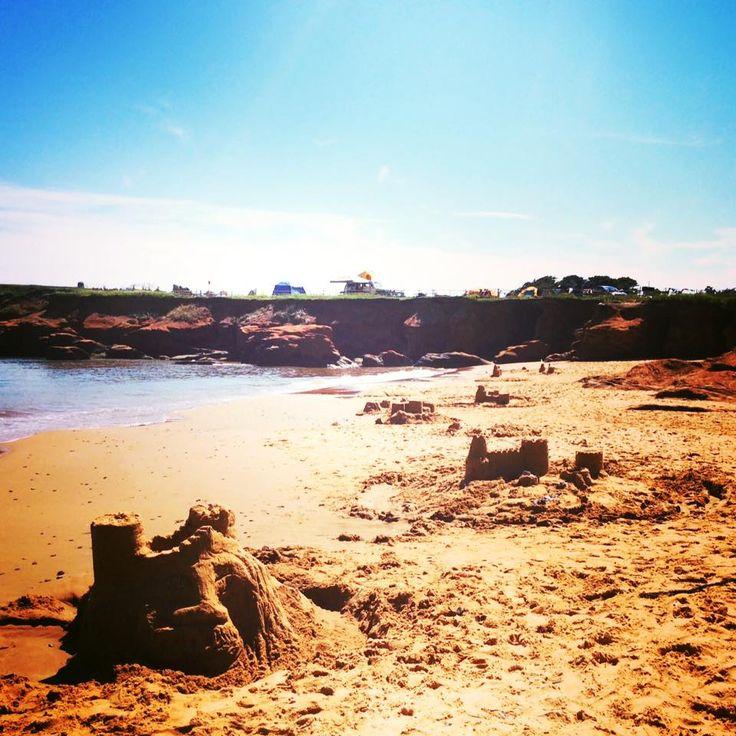 2 fois par semaine, nous offrons sur la plage du Parc de Gros-Cap des ateliers de construction de châteaux de sable pour petits et grands! De quoi rendre la plage plus vivante et en faire la plus belle des Iles-de-la-Madeleine!