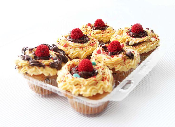 Cupcakes de maracuyá y chocolate con moritas de dulce.