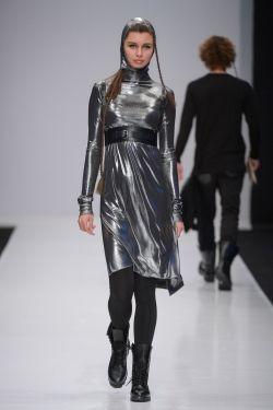 Платье из серебряной ткани. Портупея. Gown of silver tissue. Belt