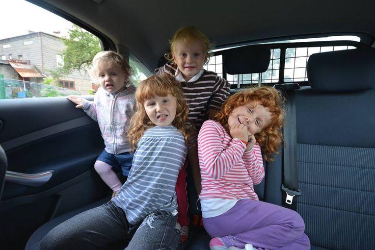 Wnętrze aniołowozu stało się placem zabaw , tak wesoło jeszcze nie było w tym samochodzie . Po godzinnej zabawie szybami , słuchaniu radia i świecenia światełkami akumulator powiedział dość!