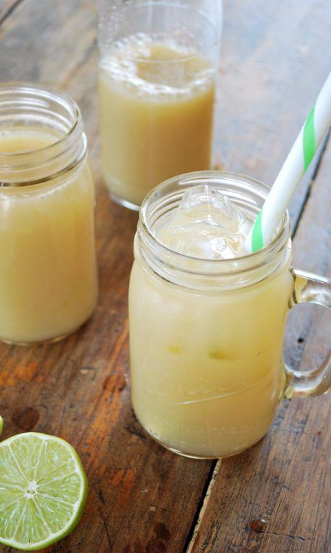 Agua fresca de hinojo con limón, ésta es una receta superrefrescante y diferente, realmente sencilla hacer y una buena forma de beber agua de sabor con un toque diferente e inesperado como el hinojo.