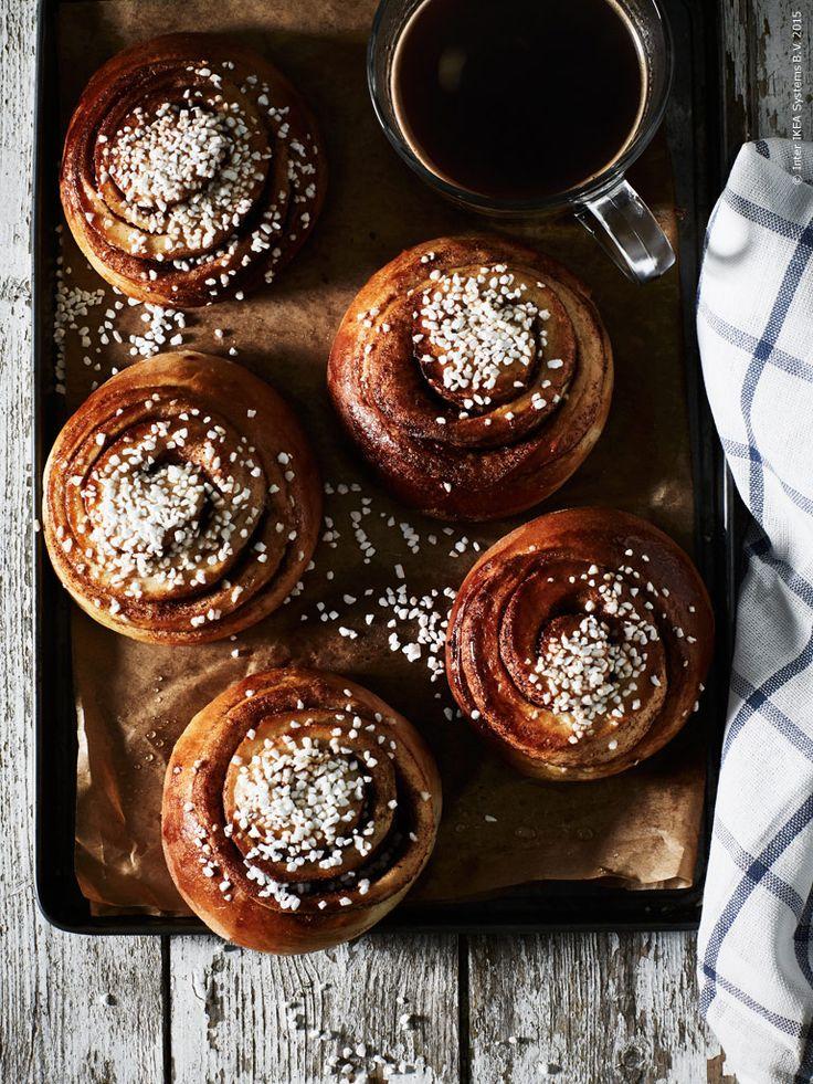Kanelbullar äts helst direkt från plåten tillsammans med ett stort glas mjölk eller en rykande kopp kaffe. ELLY kökshandduk. Susanna Blåvarg och Sara Aasum Hultberg för IKEA Livet Hemma.