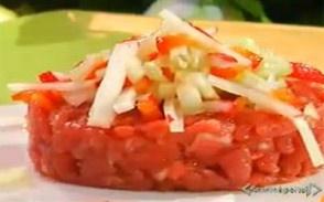 Carne cruda all'Albese di Benedetta Parodi. 200-300 grammi di filetto di manzo (50 grammi a testa se antipasto, 100 grammi a testa se secondo),mezzo spicchio di aglio,qualche ravanello,un cetriolo,mezzo peperone.