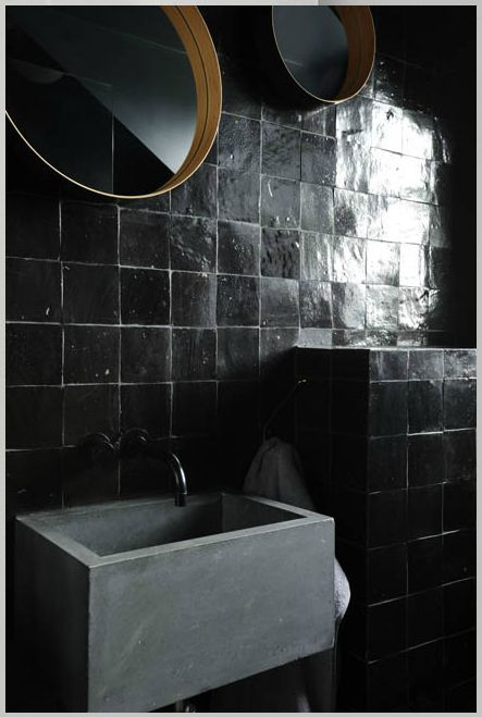 V I V & B L U E : zwarte tegels   wasbak van beton
