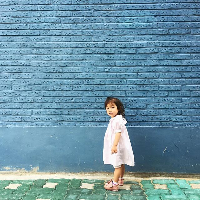 Weekend wanders took us to blue places today.  #thesoulofseoul #예쁜딸 #babylife #귀여운아기 #childhoodunplugged #babygirl #letthembelittle #letthekids #yeonnamdong #연남동