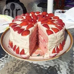Photos recipe: Cake with strawberries, whipped cream and butter cream