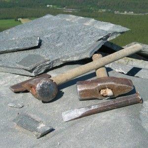 Phyllite, Филлит - Сильно сжатый сланец, близкий по структуре к Генейсу. Сланцевая плитка очень плотная и ровная, с мелкой текстурой. В качестве кровельного сланца это не лучший вариант, так как плитка получается очень толстая и тяжелая. За счет сильно сжатых слоев, расколоть такой камень на тонкую плитку, Возможно только с толщиною 1,2 см – 1,8 см. В качестве кровельного материала, такой сланец применяется редко, исключения составляют такие страны как Норвегия, Италия и Греция