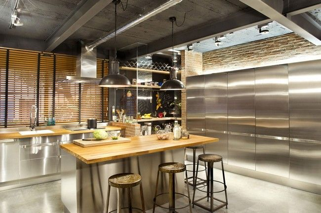 Modern tömörfa asztallapos reggelizőpult ipari stílusú bárszékekkel
