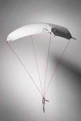 Experimente für Kinder: Basteln Sie einen Fallschirm aus einem Blatt Küchenrolle und einer Büroklammer als Gewicht. Dieser Fallschirm schwebt langsam zum Boden. Unter dem Schirm bildet sich ein Luftpolster. Deshalb schwebt das Küchentuch.