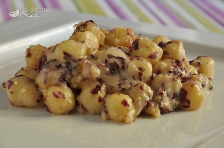 60 g di gorgonzola dolce 20 g di noci sgusciate 60 g di radicchio rosso (peso al netto degli scarti) 500 g di gnocchi di patate 1 cucchiaio di olio extravergine di oliva 2 cucchiai di latte Parmigiano Reggiano