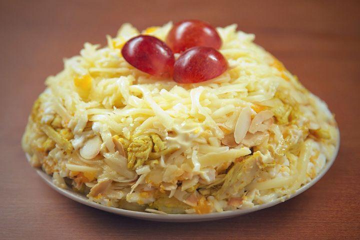 Салат с курицей и виноградом Подготавливаем ингредиенты: грудка куриная 2 шт, яйца куриные 4 - 6 шт, сыр (твердый) 150 - 200 г, майонез, виноград (крупный) 50 г, карри 0,5 - 1 ч. л, соль, миндаль (....