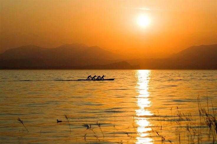 roeiers bij zonsondergang