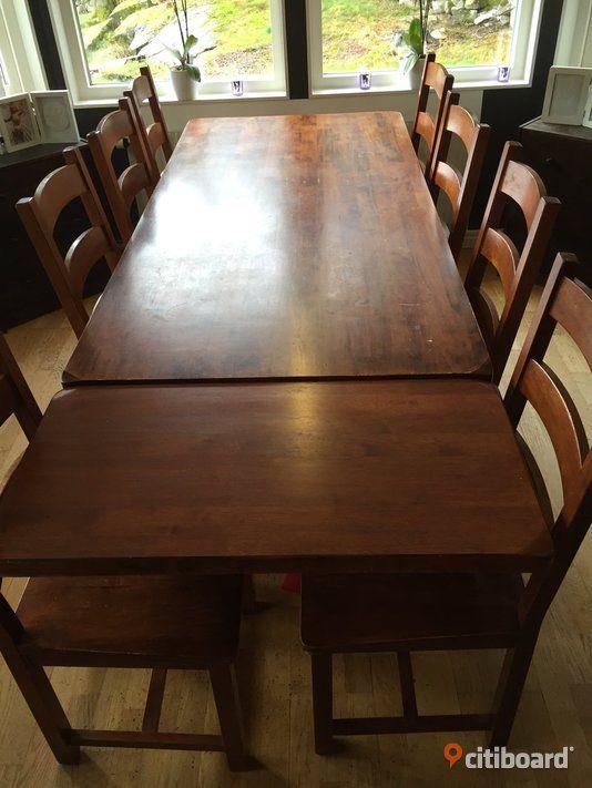 Matbord/matsalsbord med tillhörande 8 Stolar. Säljer nu vårt underbara stora rejäla matbord med tillhörande 8stolar och i läggsskiva. Två lådor finns i bordet. Finns några värme fläckar och skav på bordsytan (därav mindre pris) men går säkert lätt att slipa bort om man vill. 90*190 med iläggsskiva 90*235
