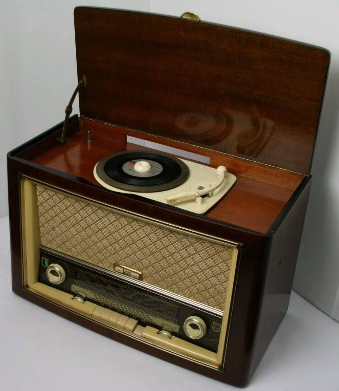 An early phonograph - 40's