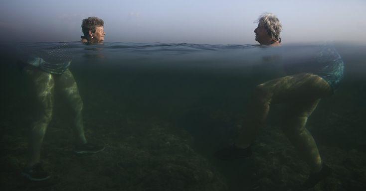 Mulheres ''gigantes'' nadam no mar em Havana, Cuba