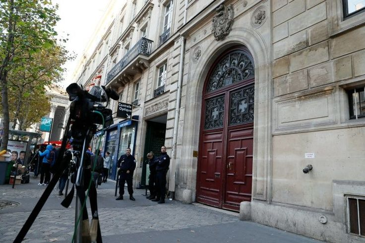 A estrela de reality show americana Kim Kardashian retornou nesta segunda-feira para os braços de seu marido em Nova York, após ser assaltada a mão armada em Paris por ladrões que a imobilizaram e fugiram com nove milhões de euros em joias.