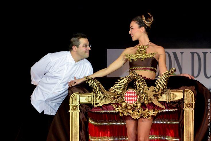 Ένας ολόκληρος μήνας προσπάθειας, δύο μοντελίστ και η εντατική δουλειά του Julien Beaulieu και της ομάδας του χρειάστηκαν για την ολοκλήρωση του φορέματος από ζάχαρη και σοκολάτα, που παρουσίασε ο Julien Beaulieu στο Salon du Chocolat, Monaco.