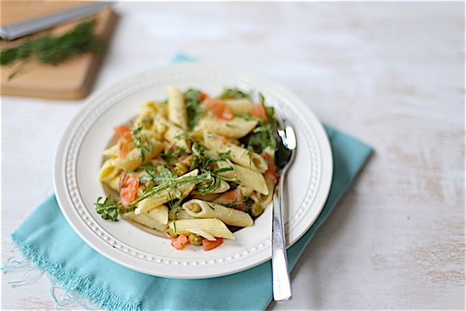 Pasta met boursin is een echte klassieker. Maar af en toe verzinnen we ook weer iets nieuws. Zoals deze met penne, zalm en doperwten. Eet smakelijk!