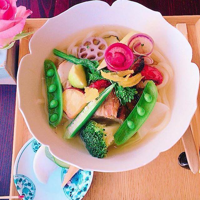ママが頂いたこちらの春らしいお野菜と角煮のおうどん🌟 色鮮やかで食欲そそるね🌟 今度家で真似して作ろう🌟  #lunch#vegetables#beautiful#instafood#instafoodie#instapics#instadiary#food#like4like#foodpics#foodporn#l4l#delicious#野菜#うどん#美しい#角煮#ランチ#食べログ#食べ歩き#お昼ごはん#肉#食いしん坊#好き#もぐもぐ#カフェ中野屋#行列のできる店#人気店