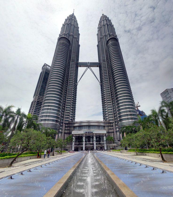 Petronas Towers - Kuala Lumpur - Malaysia (by Robert Lowe)