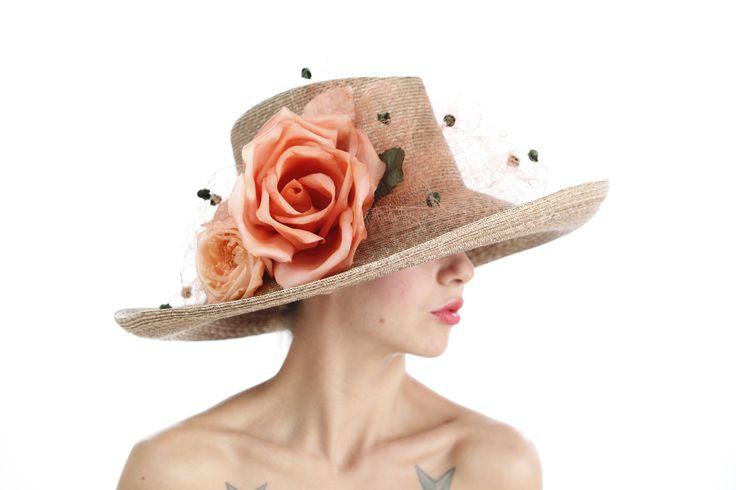 LEONORA Flores y velo de seda sobre paja cosida italiana.