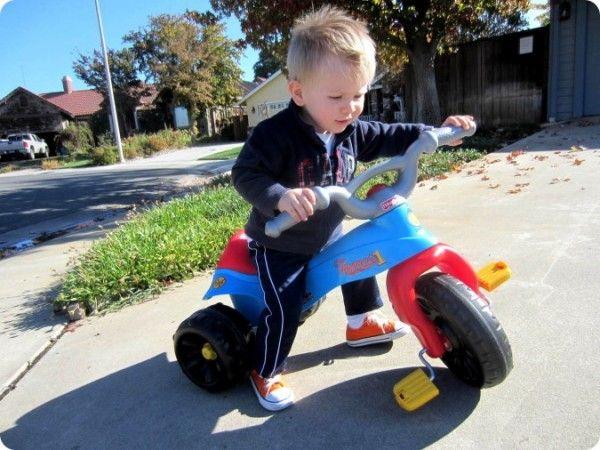 Szofi Bölcsicipő - A két-három évesek már ügyesen hajtják pedállal a triciklit