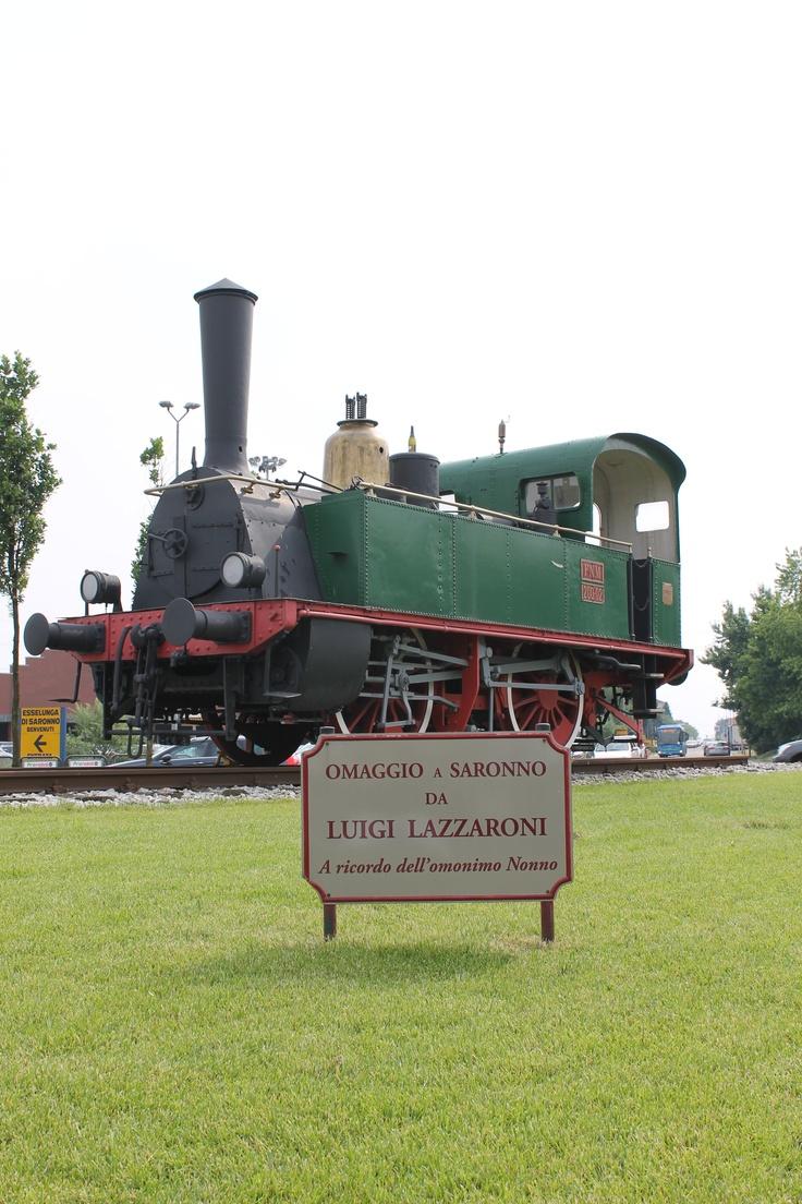 In omaggio alla città di Saronno da parte di Luigi Lazzaroni in ricordo dell'omonimo nonno una locomotiva FNM Couiller che inaugurò nel 1883 la linea Milano Saronno. Insomma un Gamba de Legn | Località Saronno, aiuola della rotonda su viale Europa (45.622459,9.018579 45°37'20.85''N 9°01'06.88''E)