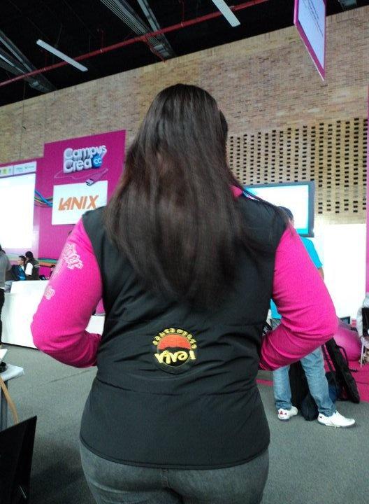 Nuestra CEO luciendo el chaleco de #SantaMartaViva en la campus party 2011, chaleco diseñado por Jackets Black