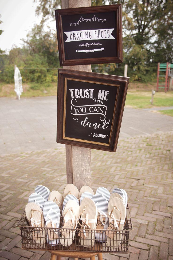 Dit is een super idee voor het trouwfeest! Kan iedereen zijn hoge schoenen uit. Foto: Luminant Weddings