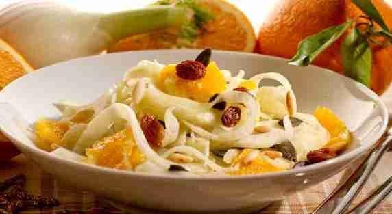 Insalata di finocchi e arance:  1 arancia grossa e succosa  1 finocchio  capperi (di quelli buoni)  olio di oliva extravergine + sale q.b.    (se si vuole: pinoli tritati - uva passa)