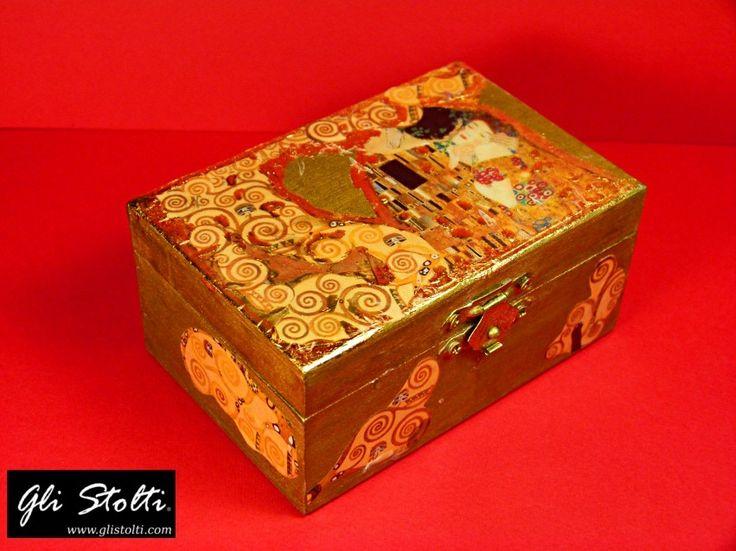Scatola artigianale in legno dipinta e decorata a mano e arricchita con foglia d'oro, omaggio all'artista Gustav Klimt. Vai al link per tutte le info: http://glistolti.shopmania.biz/…/scatola-in-legno-decorata-… Gli Stolti Original Design. Handmade in Italy. #moda #artigianato #madeinitaly #design #stile #roma #rome #shopping #fashion #handmade #style #arte #art