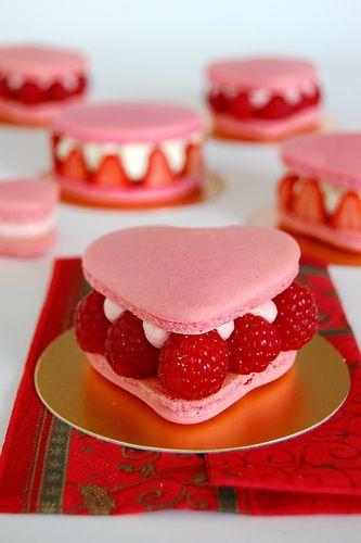 Macarons a la fraise en forme de coeur