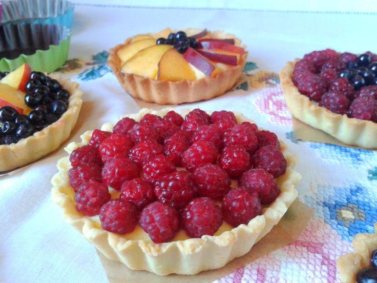 Mini tarte cu fructe și cremă de vanilie http://www.kissa.ro/mini-tarte-cu-fructe-si-crema-de-vanilie/
